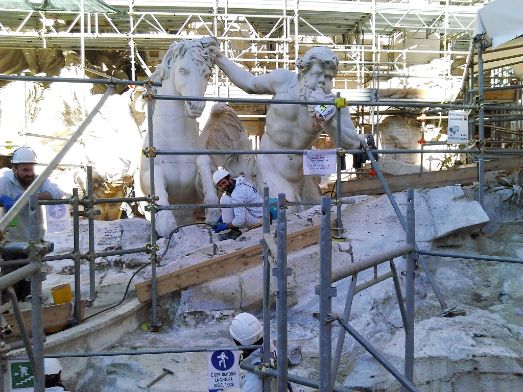 Fontana di Trevi? Tourists arriving to Rome are disappointed!
