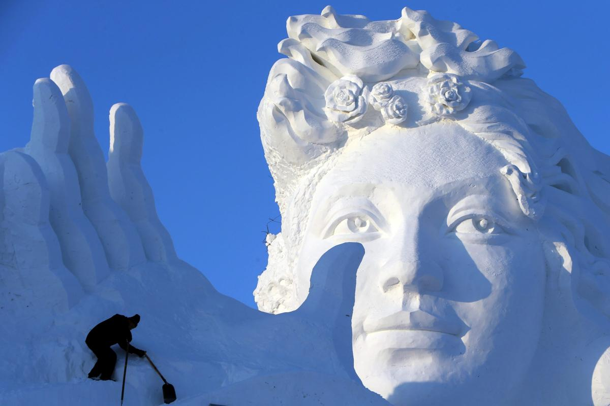 Frosty China! 7000 artists carved ice statues