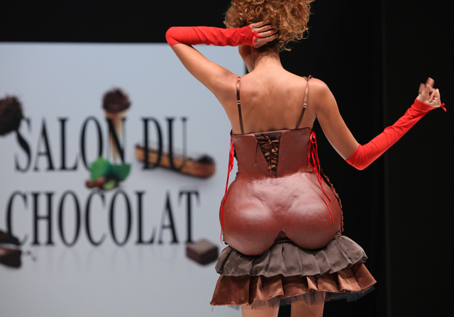 Chocolate lace, dresses from pralines. Delicious show in Paris!