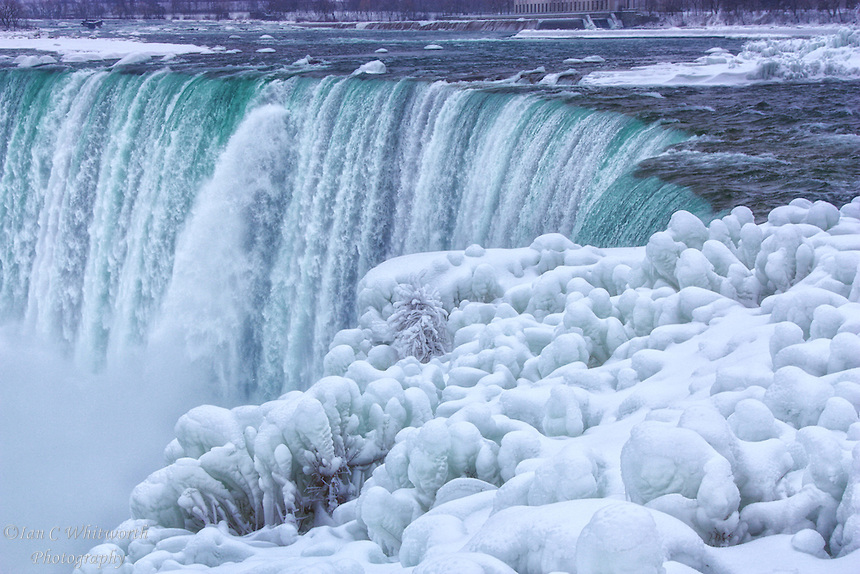 15 stunning photos of frozen Niagara Falls